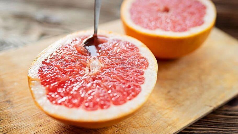 En grapefrukt, 2 dl fiberflingor med lättmjölk